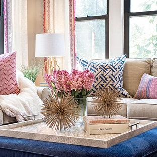 Kleines, Offenes, Repräsentatives Klassisches Wohnzimmer ohne Kamin mit grauer Wandfarbe, dunklem Holzboden und Wand-TV in Bridgeport