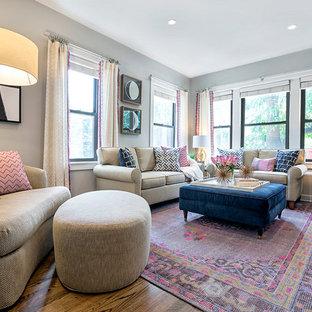 Exemple d'un petit salon chic ouvert avec un mur gris, un sol en bois foncé, aucune cheminée, un téléviseur fixé au mur, une salle de réception et un sol marron.
