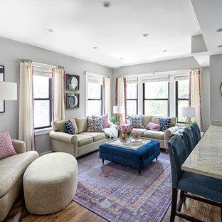 Diseño de salón para visitas abierto, clásico renovado, pequeño, sin chimenea, con paredes grises, suelo de madera oscura y televisor colgado en la pared