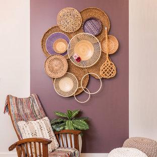 На фото: открытая гостиная комната среднего размера в стиле фьюжн с фиолетовыми стенами и полом из винила с