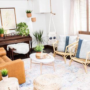 Idee per un piccolo soggiorno american style aperto con sala della musica, pareti bianche, parquet scuro, nessun camino, nessuna TV e pavimento marrone