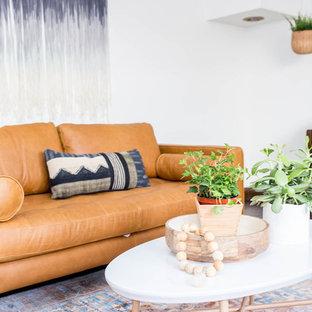 Idee per un piccolo soggiorno stile americano aperto con sala della musica, pareti bianche, parquet scuro, nessun camino, nessuna TV e pavimento marrone