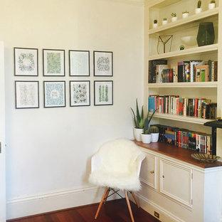 Idee per un soggiorno tropicale di medie dimensioni e chiuso con pareti bianche e parquet chiaro