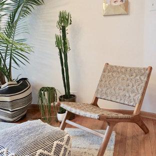 シカゴの小さい北欧スタイルのおしゃれな独立型リビング (ベージュの壁、淡色無垢フローリング、暖炉なし、テレビなし、ベージュの床) の写真