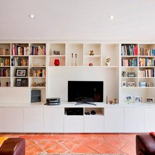 Ejemplo de salón abierto, minimalista, grande, sin chimenea, con paredes blancas, suelo de baldosas de terracota y televisor independiente