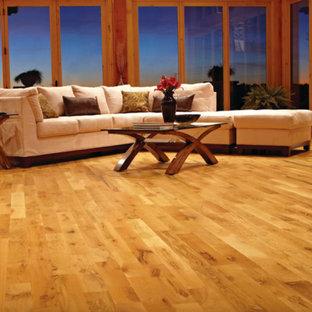 Esempio di un grande soggiorno tradizionale chiuso con sala formale, pareti gialle, parquet scuro, camino classico, cornice del camino in pietra, nessuna TV e pavimento marrone