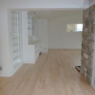 Idee per un ampio soggiorno moderno aperto con parquet chiaro, stufa a legna e cornice del camino in pietra