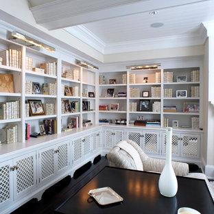 Exotisk inredning av ett mellanstort separat vardagsrum, med ett finrum, beige väggar, mörkt trägolv, en standard öppen spis, en spiselkrans i trä, en väggmonterad TV och brunt golv