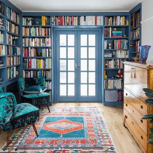Imagen de biblioteca en casa blanca, clásica, de tamaño medio, sin chimenea, con suelo de madera clara