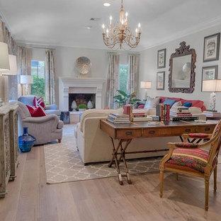 Idee per un soggiorno tradizionale di medie dimensioni e aperto con sala formale, pareti grigie, pavimento in legno verniciato, camino classico, cornice del camino in intonaco e nessuna TV