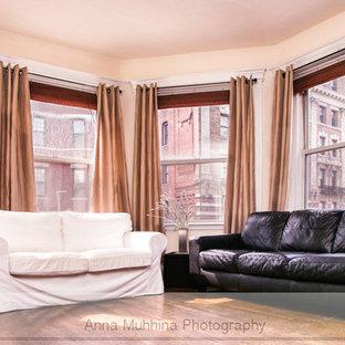 Immagine di un soggiorno vittoriano aperto con pareti gialle e parquet scuro
