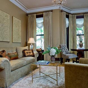 Repräsentatives Klassisches Wohnzimmer mit beiger Wandfarbe in Boston