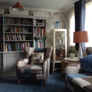Ispirazione per un grande soggiorno bohémian con pareti beige, moquette, camino sospeso e TV a parete