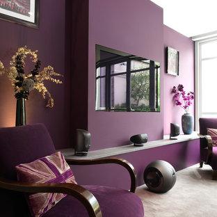 Esempio di un grande soggiorno boho chic aperto con pareti viola, moquette, pavimento beige, nessun camino e TV a parete