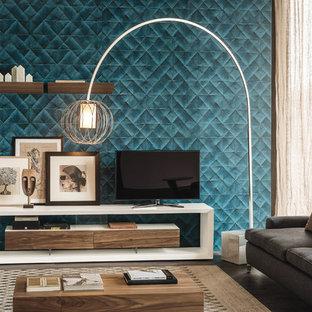 Imagen de salón para visitas cerrado, moderno, grande, con paredes azules, suelo de madera en tonos medios, televisor independiente y suelo marrón