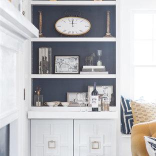 Foto di un soggiorno design di medie dimensioni e chiuso con pareti grigie, parquet scuro, nessuna TV e angolo bar