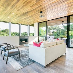 Esempio di un soggiorno design aperto con pareti bianche, parquet chiaro e camino lineare Ribbon