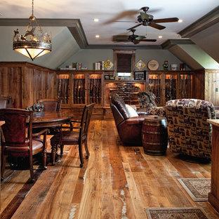 Foto di un soggiorno chic di medie dimensioni con angolo bar, pareti verdi, pavimento in legno massello medio, nessun camino e TV a parete