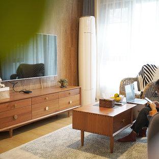 Skandinavische Wohnzimmer mit gelber Wandfarbe Ideen, Design ...