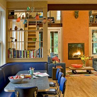 Immagine di un soggiorno contemporaneo aperto con pareti arancioni e camino classico
