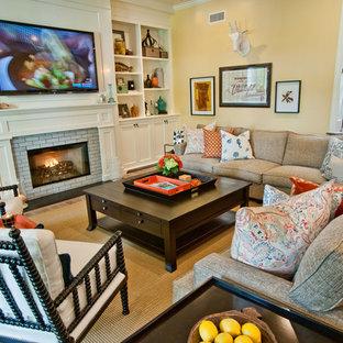 Idee per un soggiorno minimal con pareti gialle, camino classico e cornice del camino in mattoni