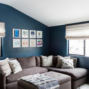 Imagen de salón abierto, contemporáneo, pequeño, con paredes azules, suelo de madera oscura y suelo marrón
