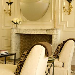 Immagine di un soggiorno chic con camino classico