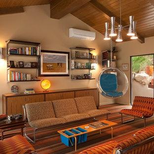 Esempio di un soggiorno moderno di medie dimensioni e chiuso con sala della musica, pareti beige, moquette, nessun camino e nessuna TV