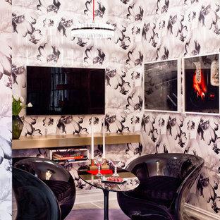 Idee per un piccolo soggiorno eclettico con TV a parete