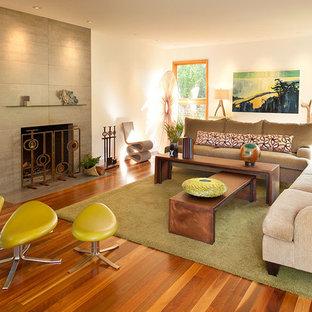 Foto på ett stort funkis separat vardagsrum, med en standard öppen spis, ett finrum, beige väggar, mellanmörkt trägolv och brunt golv
