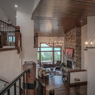 Idee per un grande soggiorno stile rurale stile loft con pareti bianche, parquet scuro, camino classico e cornice del camino in pietra