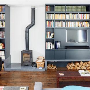 Foto de salón actual, grande, con paredes blancas, estufa de leña, pared multimedia y suelo de madera oscura
