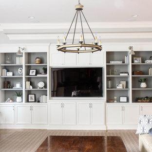 Idéer för att renovera ett stort vintage allrum med öppen planlösning, med grå väggar, mellanmörkt trägolv, en inbyggd mediavägg och brunt golv