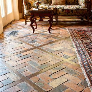 Esempio di un soggiorno classico aperto con sala formale, pareti rosse, pavimento in mattoni e pavimento rosso