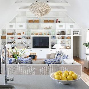 Inspiration pour un salon marin ouvert avec un mur blanc, un sol en bois brun et un téléviseur fixé au mur.