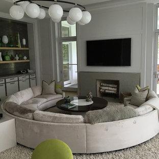 Idee per un soggiorno moderno di medie dimensioni e chiuso con angolo bar, pareti bianche, parquet chiaro, camino classico, cornice del camino in pietra, TV a parete e pavimento grigio