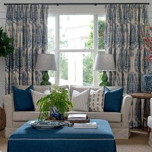Ispirazione per un grande soggiorno tradizionale con pareti bianche, pavimento in legno massello medio, pavimento marrone e boiserie