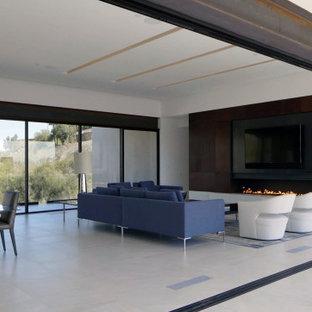 フェニックスの大きいサンタフェスタイルのおしゃれなリビング (赤い壁、磁器タイルの床、横長型暖炉、金属の暖炉まわり、白い床) の写真