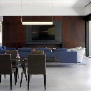フェニックスの広いサンタフェスタイルのおしゃれなリビング (赤い壁、磁器タイルの床、横長型暖炉、金属の暖炉まわり、白い床) の写真