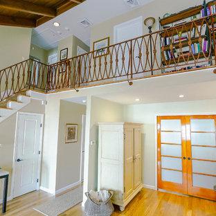 他の地域の広いトラディショナルスタイルのおしゃれなリビングロフト (フォーマル、マルチカラーの壁、淡色無垢フローリング、暖炉なし、テレビなし、茶色い床) の写真