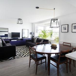 Idee per un piccolo soggiorno contemporaneo aperto con pareti grigie, parquet scuro e parete attrezzata
