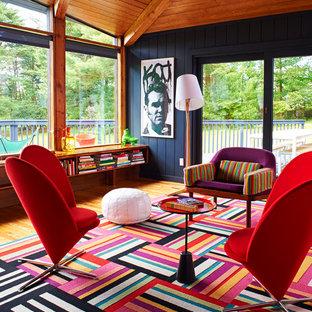 Foto di un soggiorno minimal con sala formale, pareti nere e pavimento in legno massello medio