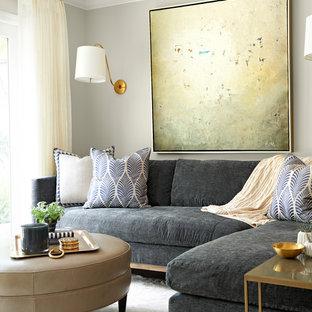 Ispirazione per un piccolo soggiorno tradizionale aperto con sala formale, parquet scuro e TV a parete