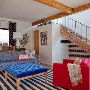 Foto på ett eklektiskt vardagsrum, med vita väggar