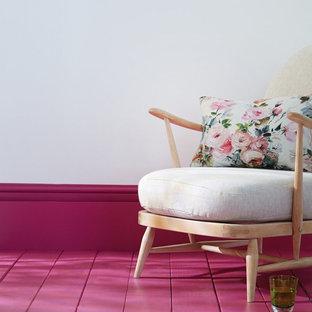 На фото: гостиная комната в классическом стиле с розовым полом с