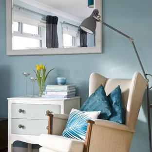 Foto på ett mellanstort funkis allrum med öppen planlösning, med laminatgolv och en fristående TV