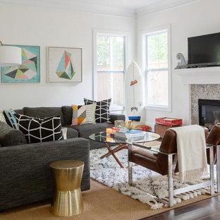 サンフランシスコのトランジショナルスタイルのおしゃれなリビング (白い壁、竹フローリング、標準型暖炉、石材の暖炉まわり、据え置き型テレビ、茶色い床) の写真