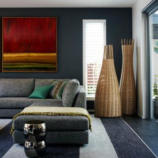 Foto di un grande soggiorno minimal aperto con pareti nere, pavimento con piastrelle in ceramica e pavimento nero