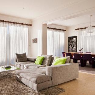 Ispirazione per un grande soggiorno design aperto con pareti bianche e pavimento in travertino