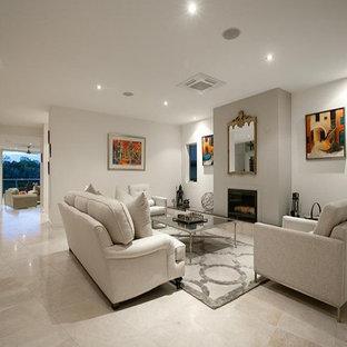 Diseño de salón para visitas abierto, minimalista, grande, sin televisor, con paredes blancas, suelo de travertino, estufa de leña, marco de chimenea de yeso y suelo multicolor